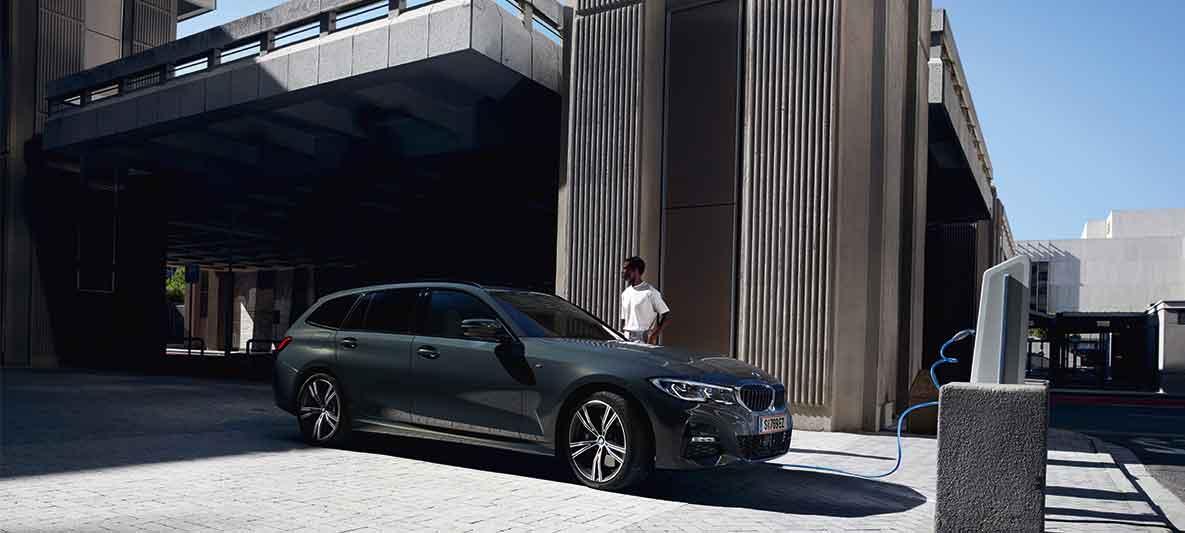 Mann möchte zur Versicherung - beim BMW Abo inklusive.