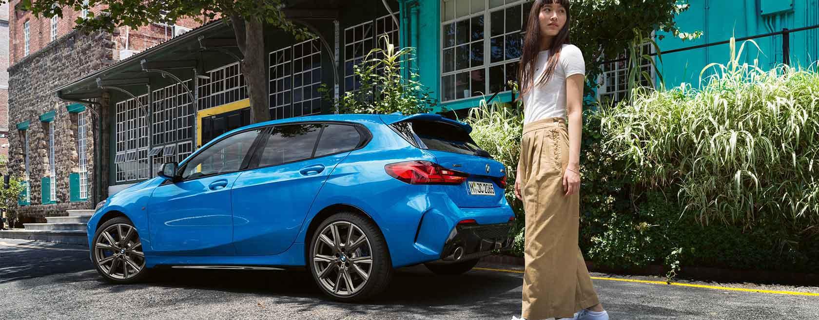 Junge Frau hat ein blaues BMW Abo abonniert.