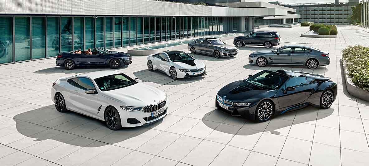 Ein Fuhrpark voll BMW, die auf Wartung warten.